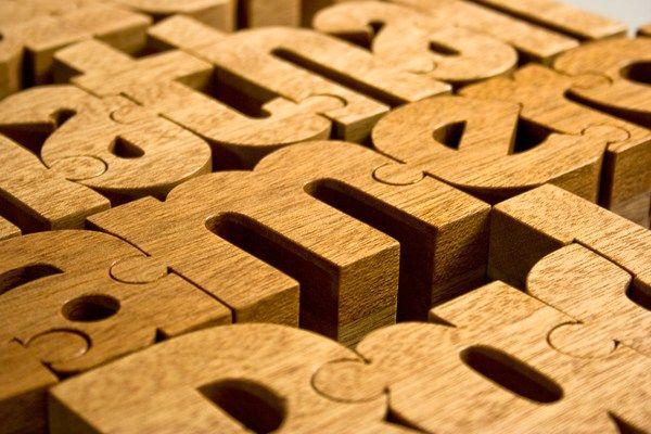 Dřevěná dekorační písmena jako puzzle
