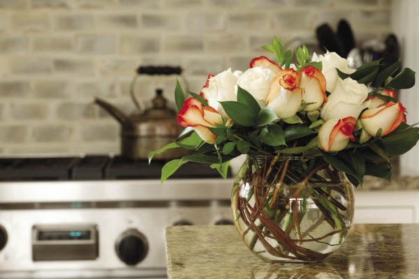 round-fish-bowl-vase-with-roses-kitchen-600x400